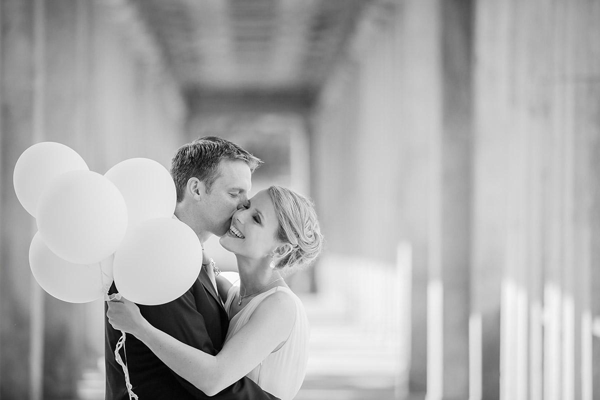 Brautpaarfoto mit cremefarbenen Ballons als Foto-Accessoire bei Hochzeit in Berlin-Mitte © Hochzeitsfotograf Berlin hochzeitslicht