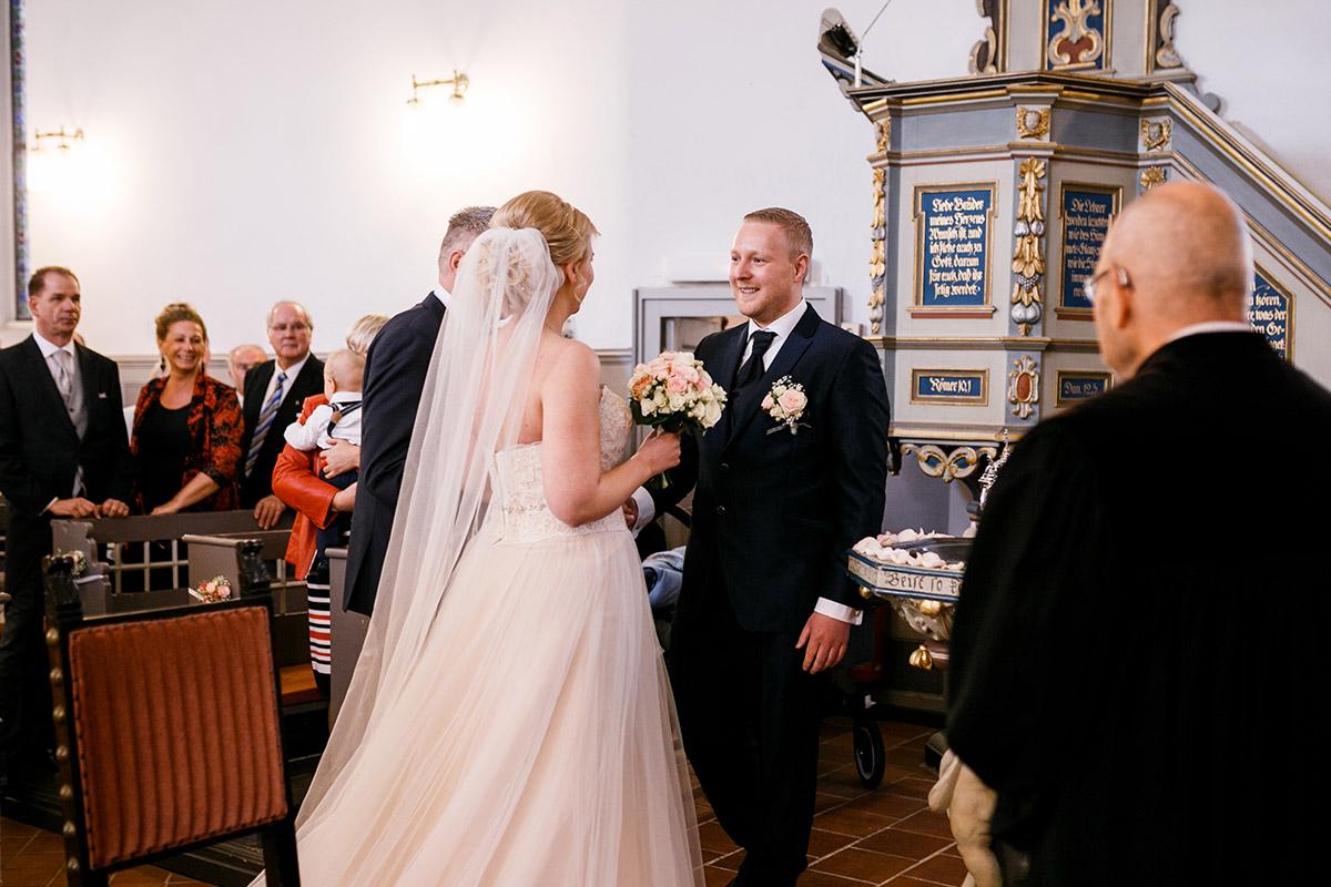 Hochzeitsfoto kirchliche Trauung Dorfkirche Kaulsdorf - Hochzeitsfotografin aus Berlin hat Winterhochzeit am Wasser in Brandenburg im Landgasthof Zum Mühlenteich begleitet © www.hochzeitslicht.de