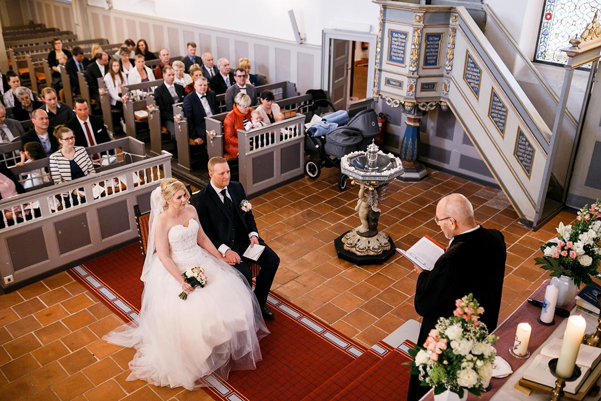 Hochzeitsfotografie Trauung Dorfkirche Kaulsdorf - Hochzeitsfotografin aus Berlin hat Winterhochzeit am Wasser in Brandenburg im Landgasthof Zum Mühlenteich begleitet © www.hochzeitslicht.de