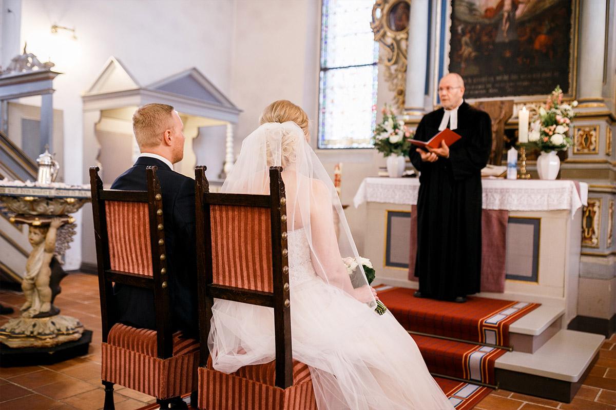 Hochzeitsfotograf Trauung Kirche - Hochzeitsfotografin aus Berlin hat Winterhochzeit am Wasser in Brandenburg im Landgasthof Zum Mühlenteich begleitet © www.hochzeitslicht.de