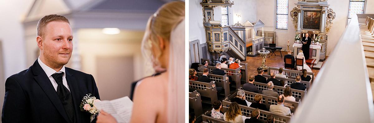 Hochzeitsfotos kirchliche Trauung Dorfkirche Kaulsdorf - Hochzeitsfotografin aus Berlin hat Winterhochzeit am Wasser in Brandenburg im Landgasthof Zum Mühlenteich begleitet © www.hochzeitslicht.de