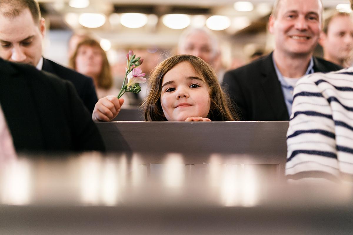 Heiraten mit Kind - Hochzeitsfotografin aus Berlin hat Winterhochzeit am Wasser in Brandenburg im Landgasthof Zum Mühlenteich begleitet © www.hochzeitslicht.de