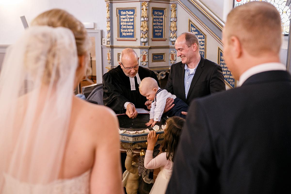Hochzeit und Taufe Kirche - Hochzeitsfotografin aus Berlin hat Winterhochzeit am Wasser in Brandenburg im Landgasthof Zum Mühlenteich begleitet © www.hochzeitslicht.de