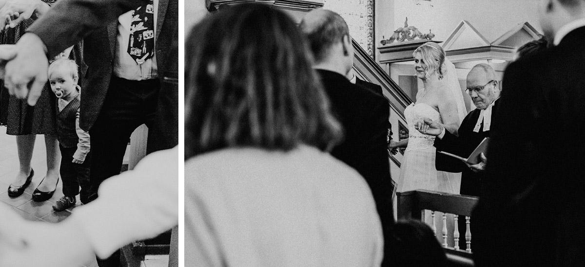 Kirchliche Hochzeit mit Kind - Hochzeitsfotografin aus Berlin hat Winterhochzeit am Wasser in Brandenburg im Landgasthof Zum Mühlenteich begleitet © www.hochzeitslicht.de