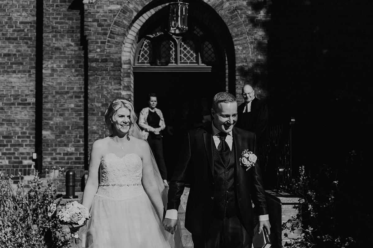 Hochzeitsfoto Auszug Brautpaar Hochzeit Kirche Dorfkirche Kaulsdorf - Hochzeitsfotografin aus Berlin hat Winterhochzeit am Wasser in Brandenburg im Landgasthof Zum Mühlenteich begleitet © www.hochzeitslicht.de