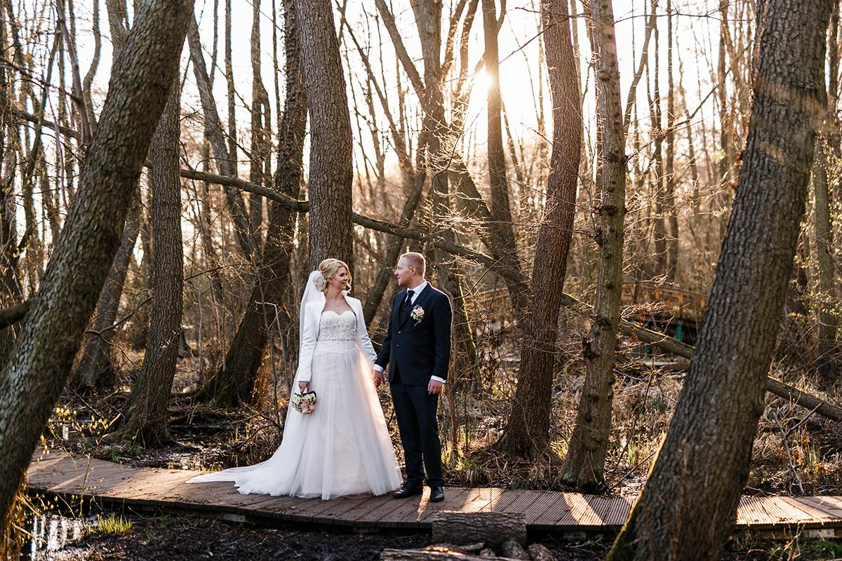 Fotoshooting Hochzeit im Wald - Hochzeitsfotografin aus Berlin hat Winterhochzeit am Wasser in Brandenburg im Landgasthof Zum Mühlenteich begleitet © www.hochzeitslicht.de