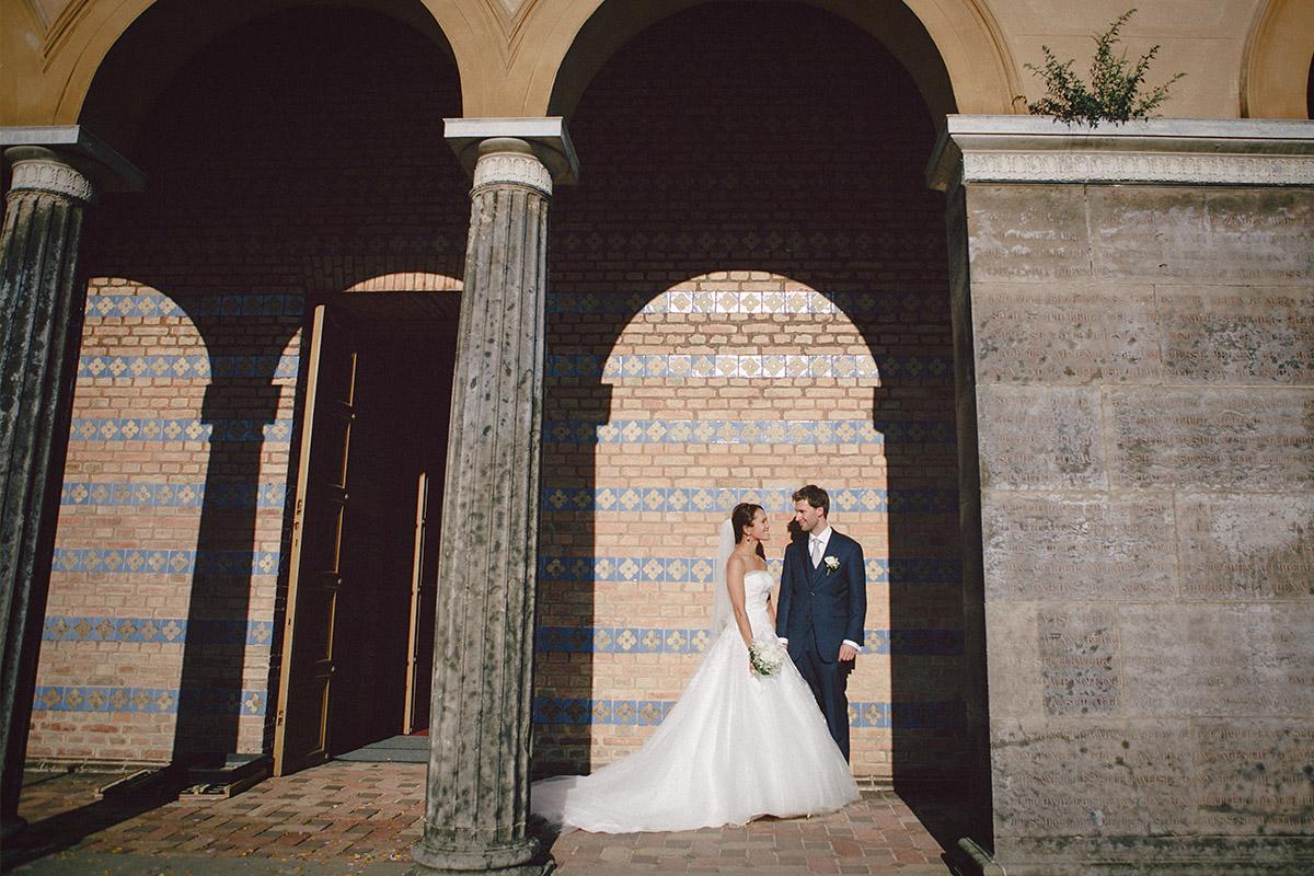 Hochzeitsfotografie von Brautpaar vor Heilandskirche Sacrow © Hochzeitsfotograf Berlin hochzeitslicht