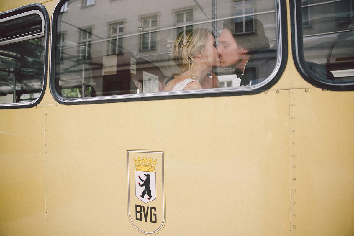 Brautpaar bei Fahrt zur Hochzeit im Ballsaal-Studio Berlin in BVG-Traditionsbus aufgenommen von professionellem Hochzeitsfotograf Berlin © Hochzeitsfotograf Berlin www.hochzeitslicht.de