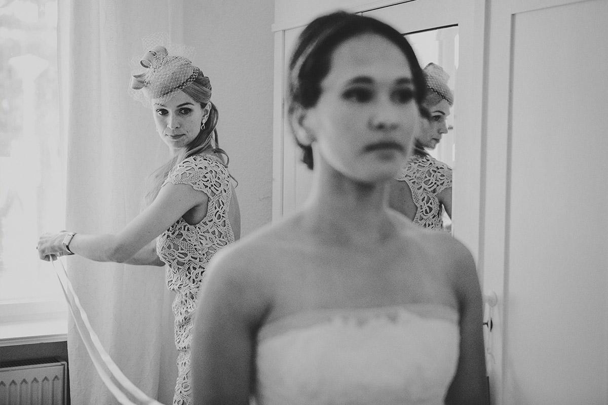 Hochzeitsfoto bei Ankleiden der Braut für Hochzeit in Heilandskirche ...