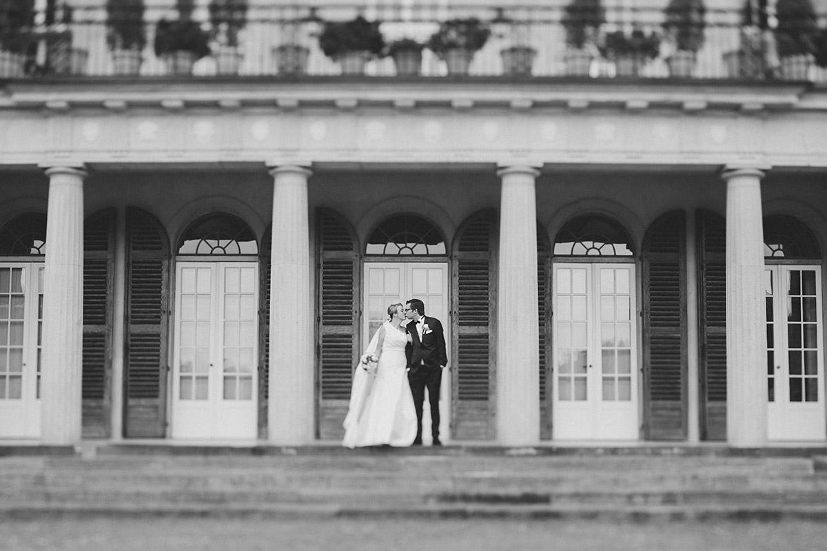 Brautpaarfoto bei Schlosshochzeit auf Schloss Herzfelde © Hochzeitsfotograf Berlin hochzeitslicht