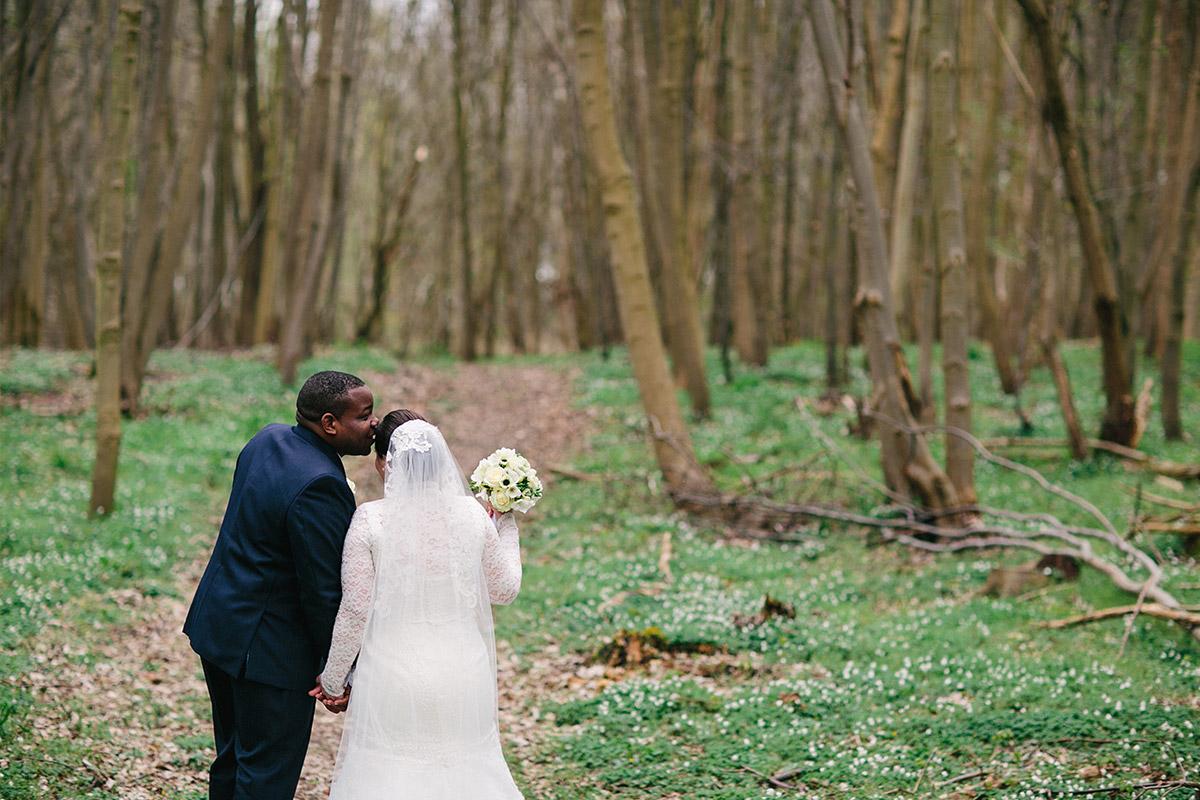 Brautpaarfoto von Bräutigam und Braut mit bodenlangem Schleier in Wald während Hochzeit auf Schloss und Gut Liebenberg © Hochzeitsfotograf Berlin www.hochzeitslicht.de