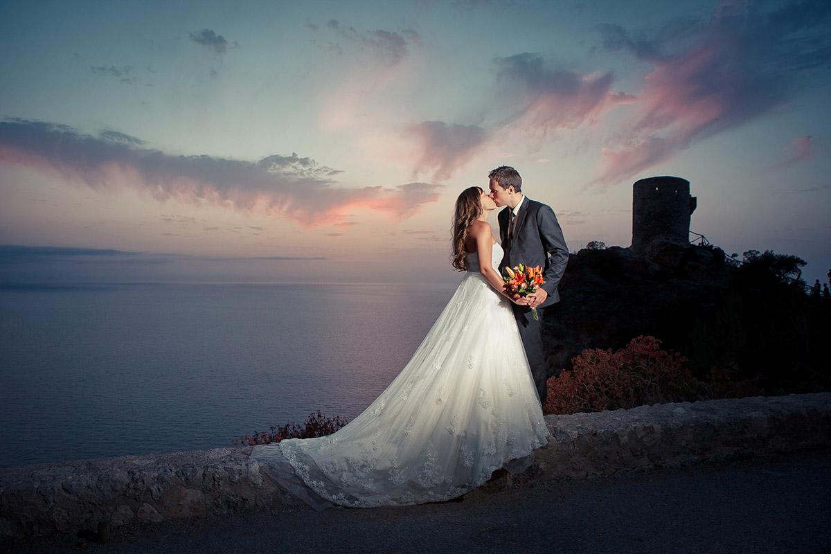 Hochzeitsfoto von Hochzeitsfotografin Melanie Meissner bei Sonnenuntergang an Küste von Mallorca © Hochzeitsfotograf Berlin hochzeitslicht