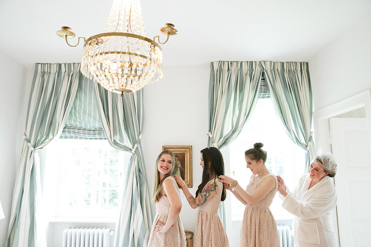 Braut mit Brautjungfern beim Ankleiden auf Hochzeit im Schloss Herzfelde in Brandenburg © Hochzeitsfotograf Berlin hochzeitslicht