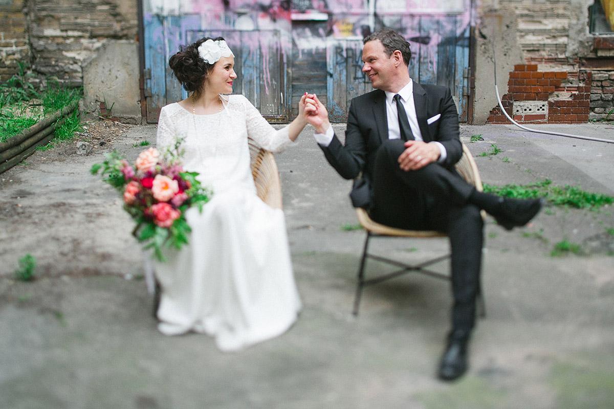 Brautpaarfoto vor Graffiti bei urbaner Hochzeit Berlin © Hochzeitsfotograf Berlin www.hochzeitslicht.de