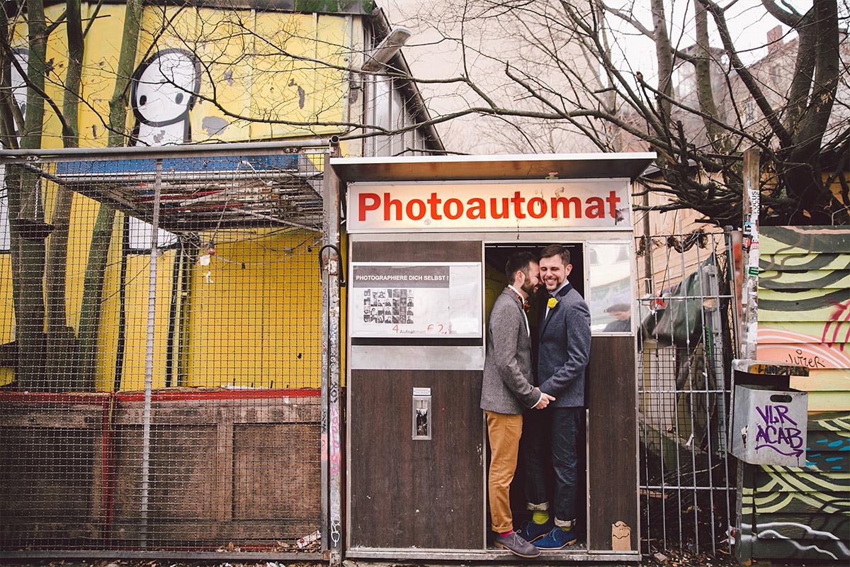 Paarfoto bei gleichgeschlechtlicher Hochzeit im Photoautomaten Berlin © Hochzeit Berlin www.hochzeitslicht.de