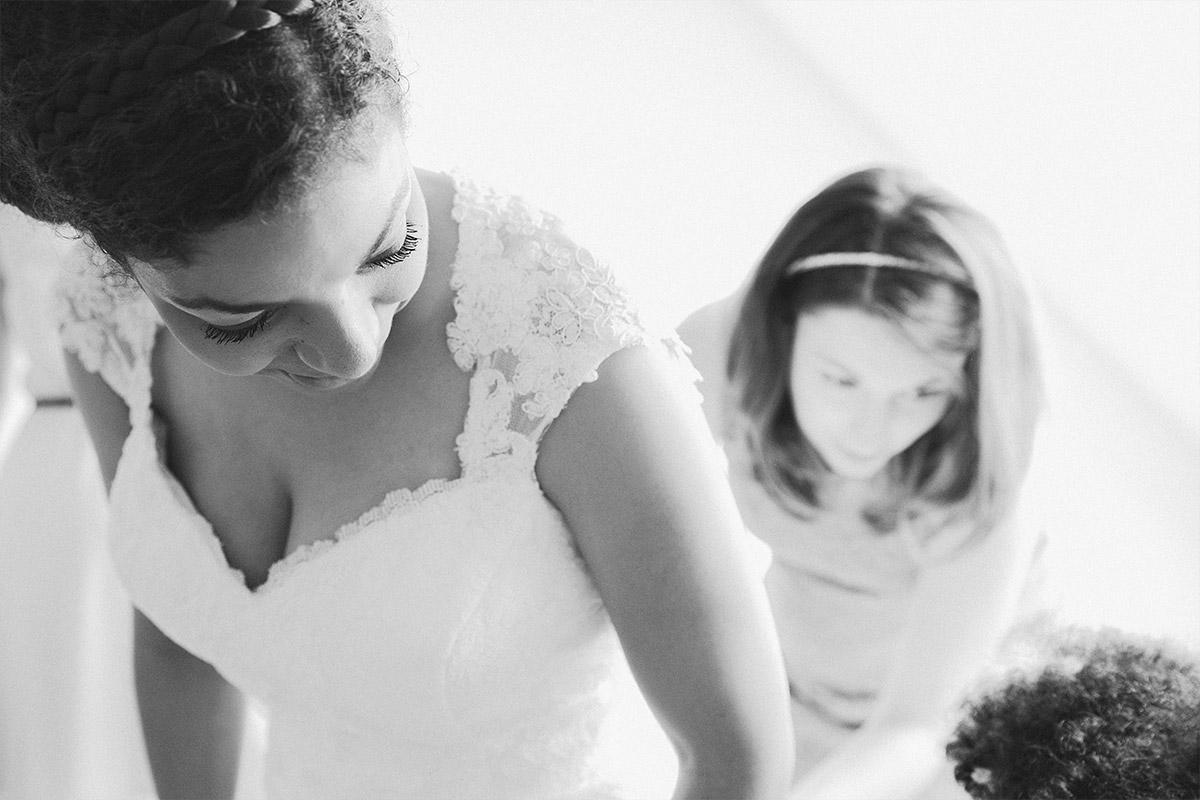 Hochzeitsreportagefoto vom Ankleiden der Braut bei Hochzeit ...