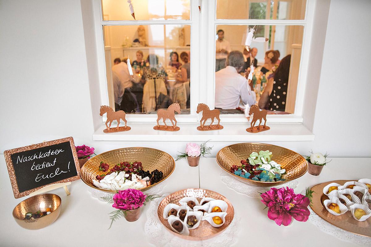Candybar Bei Hochzeit Mit Kupferfarbenen Schalen Und Passenden Deko