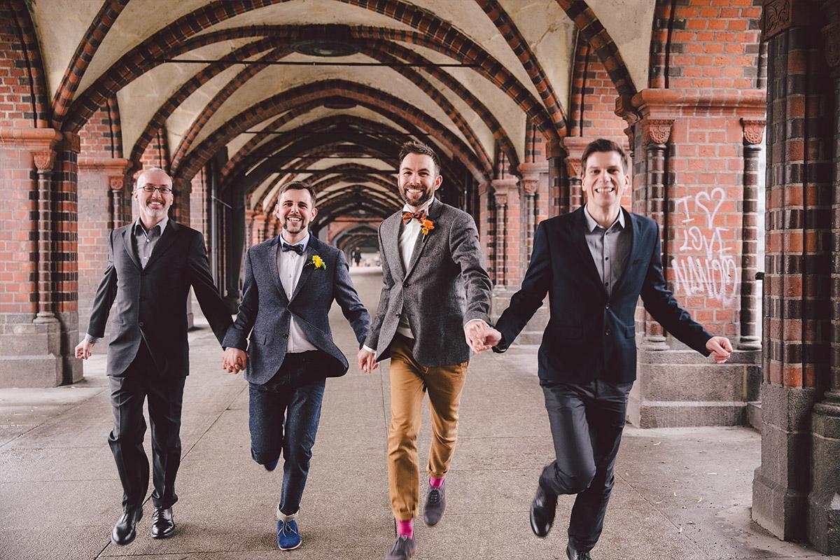 Gruppenfoto mit gleichgeschlechtlichem Ehepaar in Berlin Friedrichshain und Kreuzberg © Hochzeit Berlin www.hochzeitslicht.de