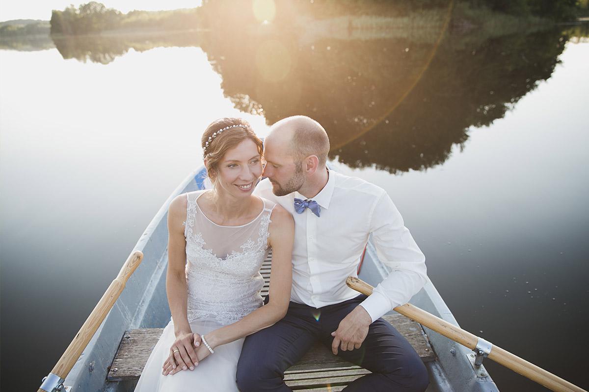Brautpaarfoto auf See bei Landhochzeit aufgenommen von Hochzeitsfotograf im Kultur-Gut Wrechen Uckermark © Hochzeit Berlin www.hochzeitslicht.de