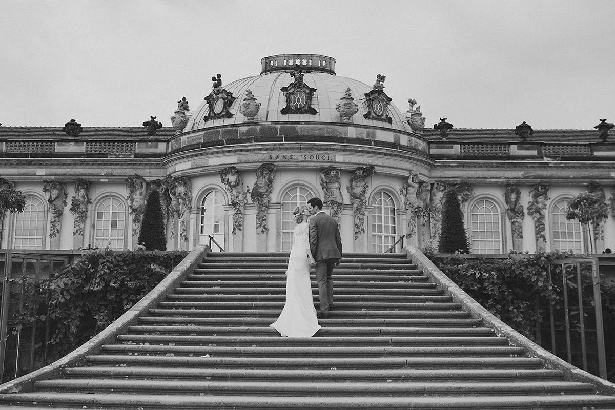 Brautpaarfoto auf Treppe vor Schloss Sanssouci bei eleganter Schlosshochzeit Potsdam © Hochzeitsfotograf Berlin www.hochzeitslicht.de