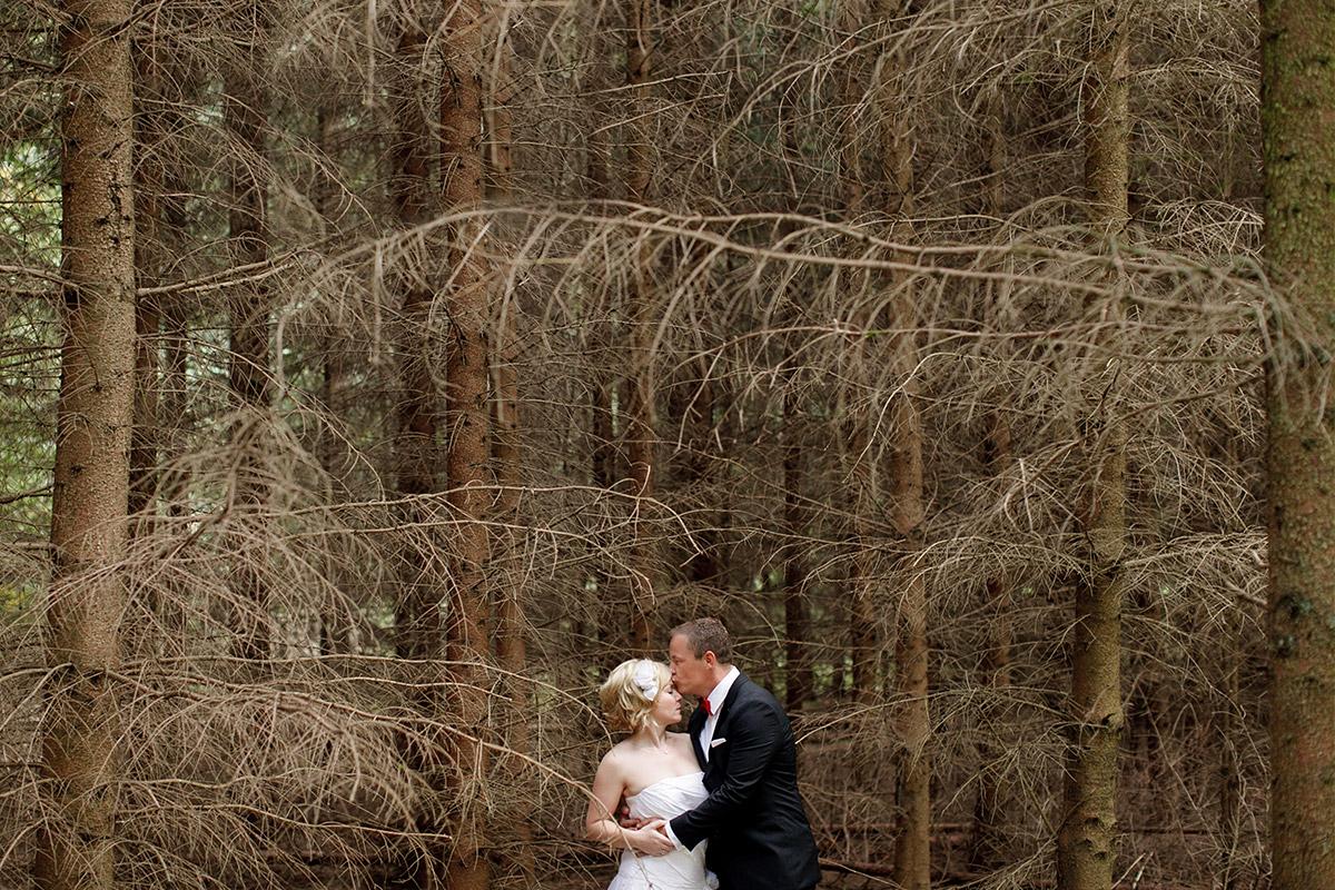 Brautpaarfoto im Wald bei Schloss Liebenberg Hochzeit © Hochzeitsfotograf Berlin hochzeitslicht