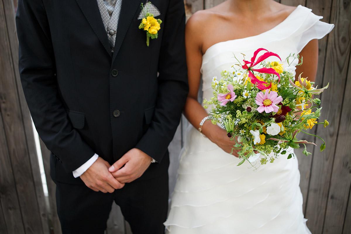 Modernes Brautpaarfoto von professionellem Hochzeitsfotograf in Sage Restaurant Berlin © Hochzeit Berlin www.hochzeitslicht.de