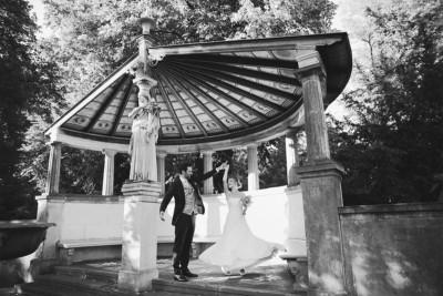 Natürliches Brautpaarfoto im Park des Schloss Glienicke aufgenommen von professionellem Hochzeitsfotograf © Hochzeitsfotograf Berlin www.hochzeitslicht.de