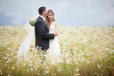 Natürliche Hochzeitsfotografie von Brautpaar aufgenommen in der Nähe von Schloss und Gut Liebenberg © Hochzeitsfotograf Berlin hochzeitslicht