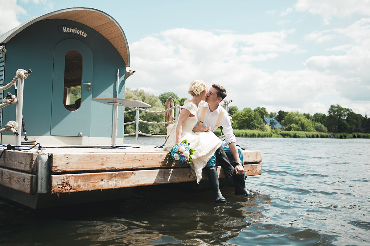 Professionelle Hochzeitsfotografie von Brautpaar im Vintagestil aufgenommen am Schwielowsee, Mark Brandenburg bei Schloss Marquardt Hochzeit © Hochzeitsfotograf Berlin hochzeitslicht