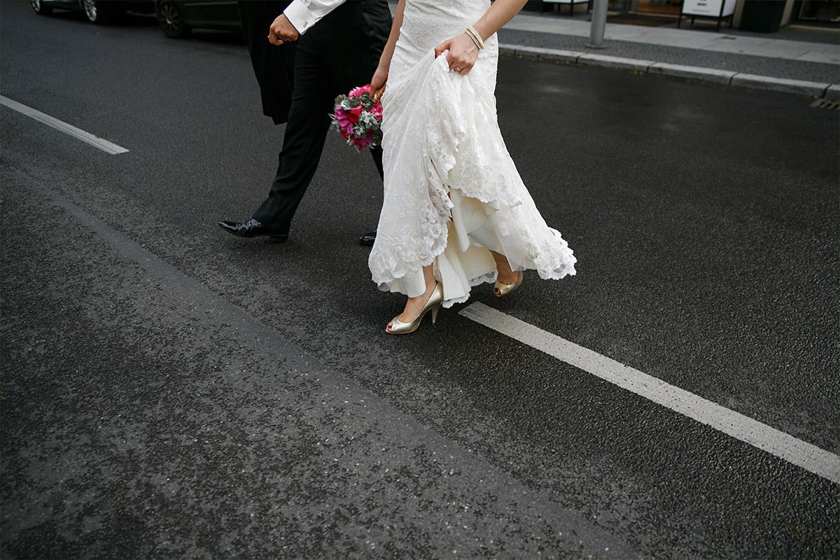 kreatives Brautpaarfoto von hochzeitslicht aufgenommen bei Hochzeit vor Hotel de Rome in Berlin-Mitte © Hochzeit Berlin www.hochzeitslicht.de