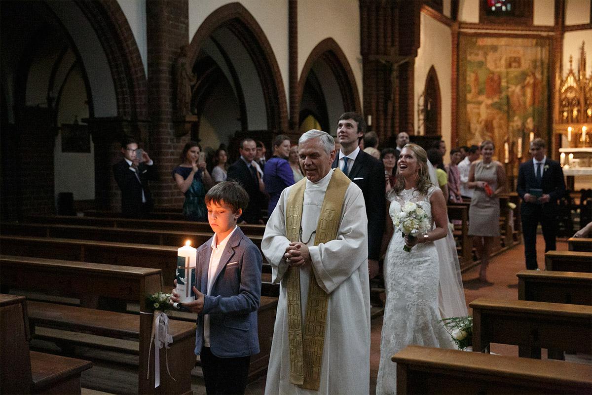 Auszug Von Brautpaar Nach Trauung Aus Katholischer Kirche Heilige