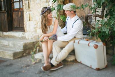 Paar bei Paarfotoshooting im Vintage-Look in der Provence aufgenommen von professioneller Fotografin © Fotostudio Berlin LUMENTIS