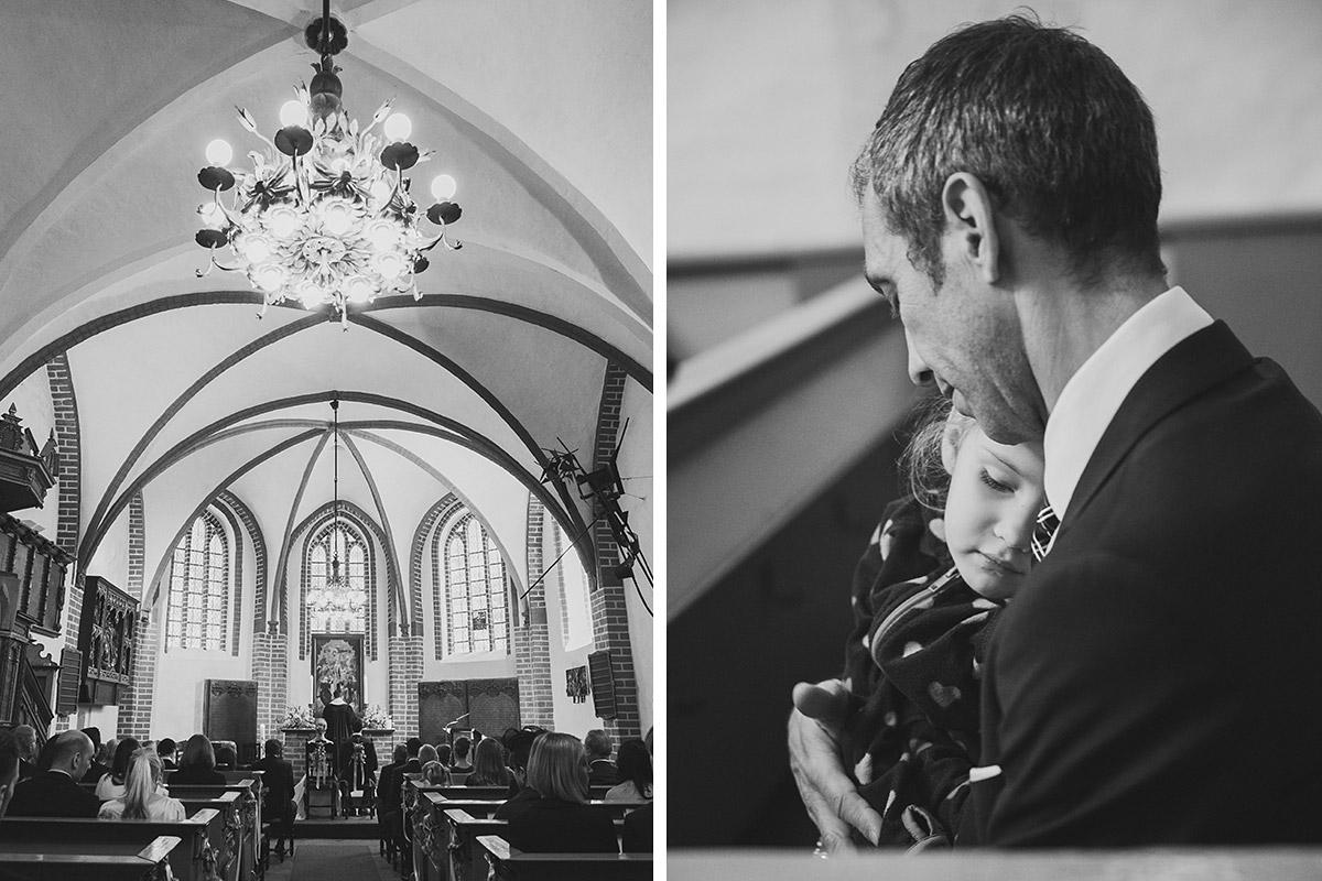Professionelle Hochzeitsfotos von Gästen während kirchlicher Trauung ...