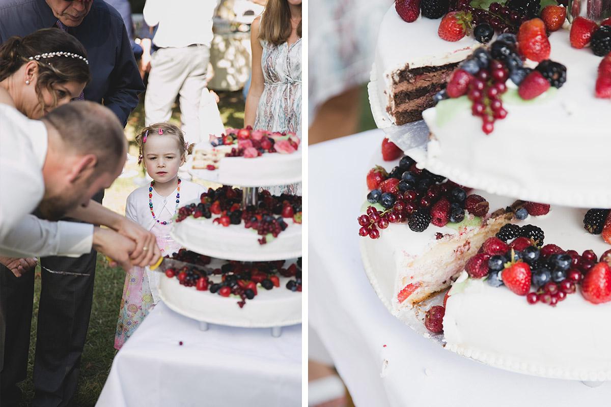 Hochzeitstorte Mit Beeren Bei Sommerhochzeit Im Kultur Gut Wrechen
