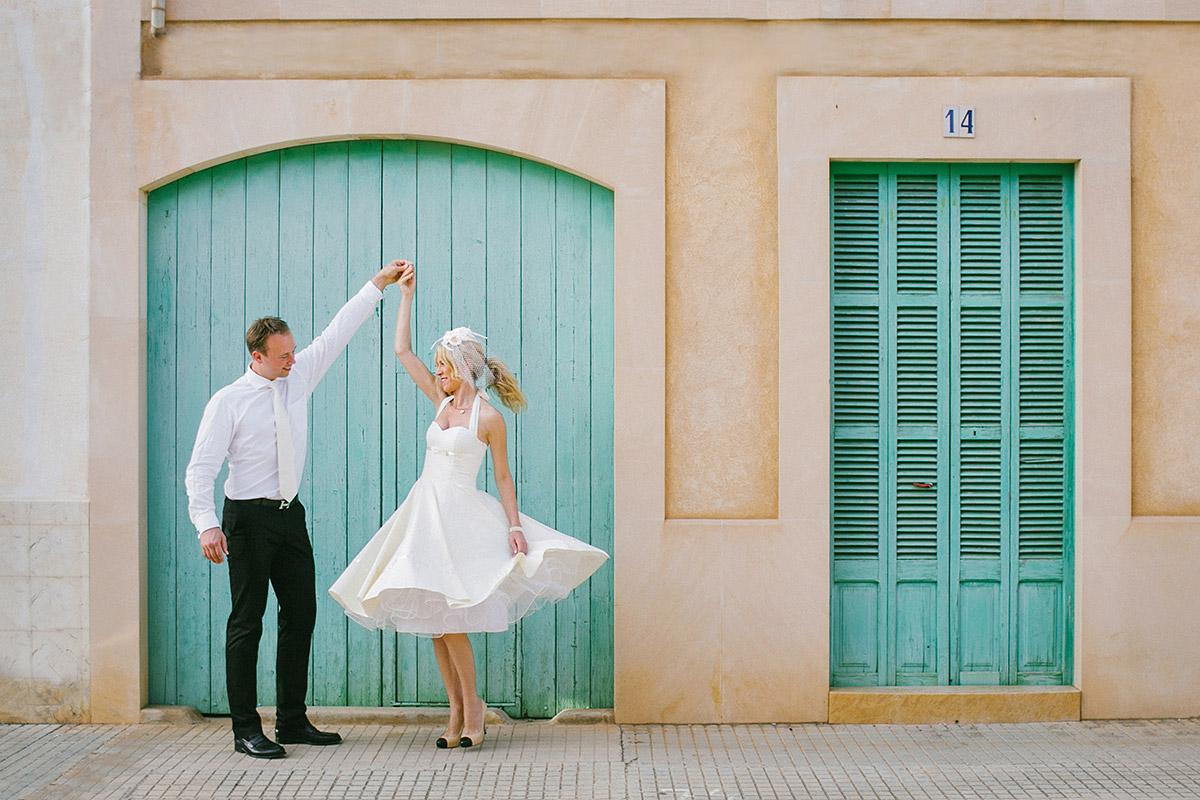 Brautpaarfoto bei After-Wedding-Fotoshooting auf Mallorca vor mediterraner Hausfassade © Hochzeitsfotograf Berlin hochzeitslicht