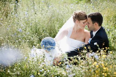 Brautpaarfoto bei ländlicher Spätsommer-Hochzeit aufgenommen von professionellem Hochzeitsfotograf auf Schloss Kartzow © Hochzeitsfotograf Berlin hochzeitslicht