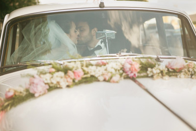 Brautpaarfoto in vintage Hochzeitsauto bei Vintage-Hochzeit Berlin © Hochzeitsfotograf Berlin hochzeitslicht