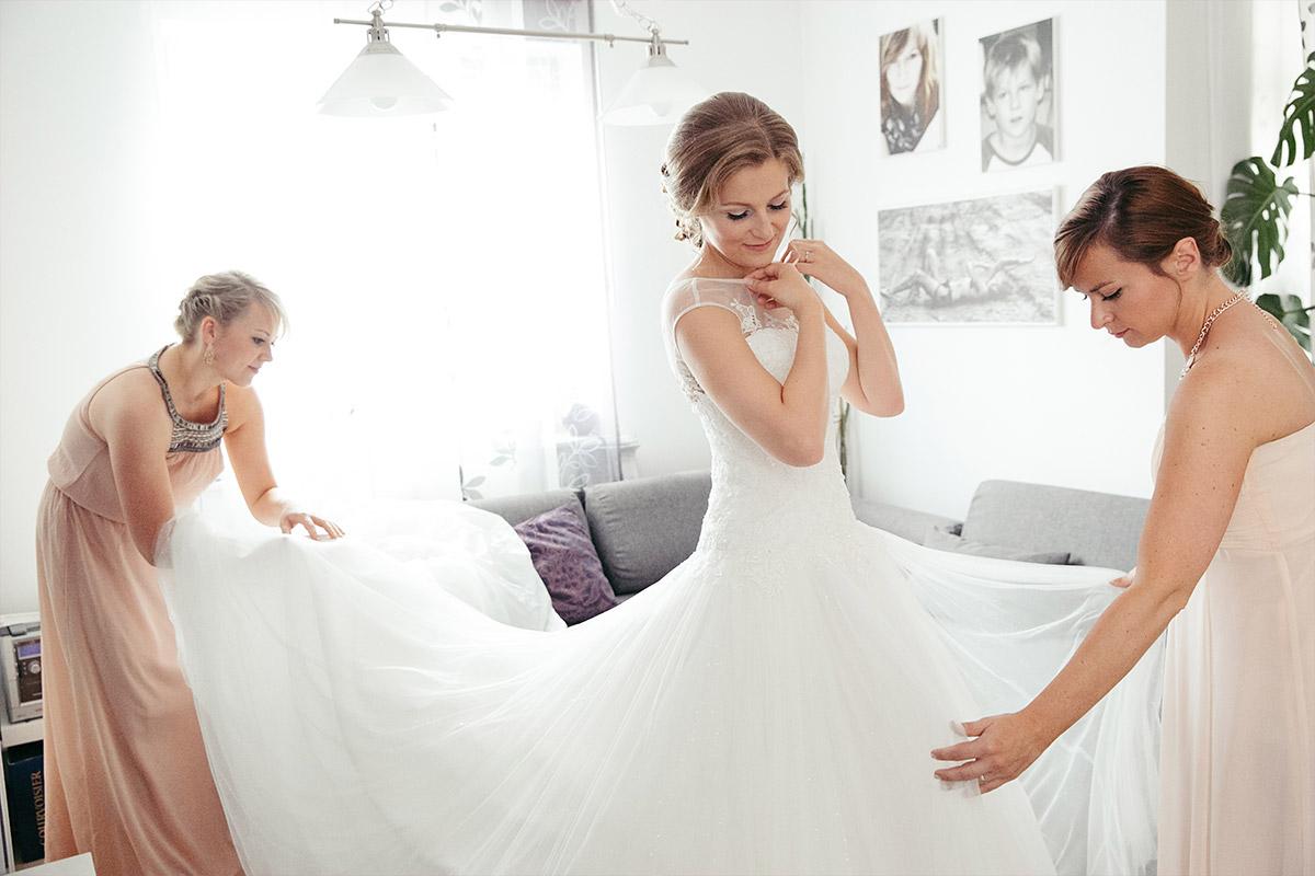 Hochzeitsfoto vom Ankleiden der Braut aufgenommen von ...
