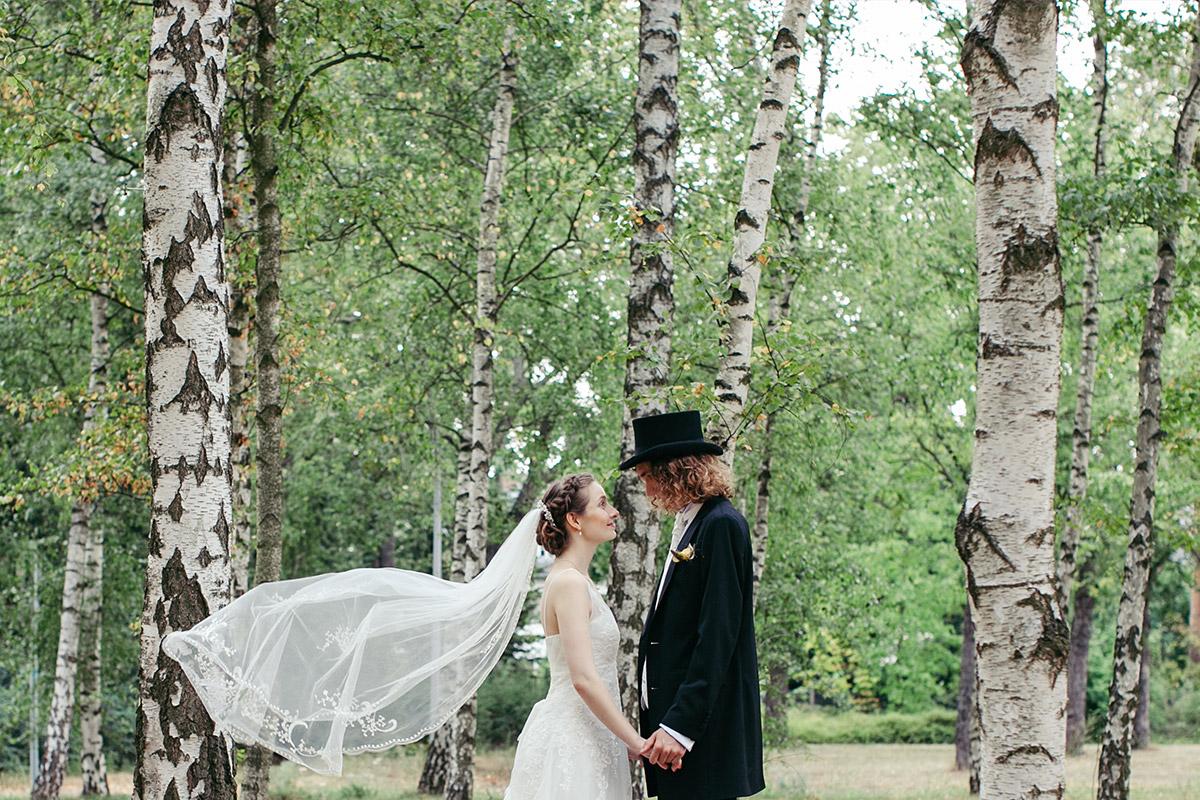 Brautpaarfoto aufgenommen von professionellem Hochzeitsfotograf Berin in Birkenwald bei Hochzeit in Casa Carlotta Berlin-Zehlendorf © Hochzeit Berlin www.hochzeitslicht.de