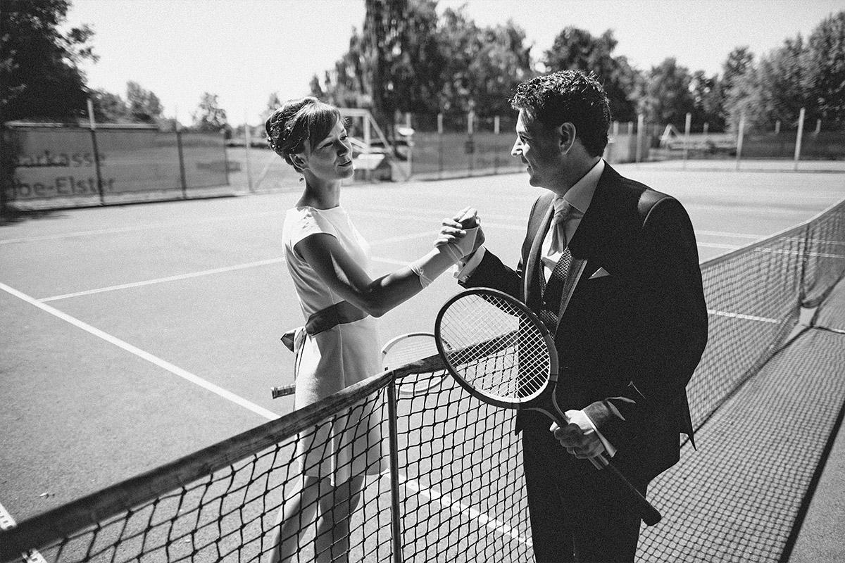 originelles Hochzeitsfoto von Brautpaar auf Tennisplatz aufgenommen von professionellem Hochzeitsfotograf Brandenburg © Hochzeitsfotograf Berlin www.hochzeitslicht.de