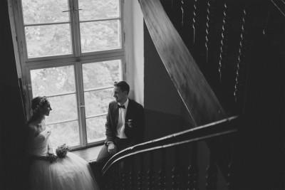 romantisches Brautpaarfoto im Vintage-Stil aufgenommen von professionellem Hochzeitsfotograf bei Haus Tornow Hochzeit © Hochzeitsfotograf Berlin www.hochzeitslicht.de