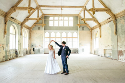 Hochzeitsfotograf Berlin - Brautpaar in verlassenem Gebäude der Beelitzer Heilstätten bei Landhotel Gustav Hochzeit