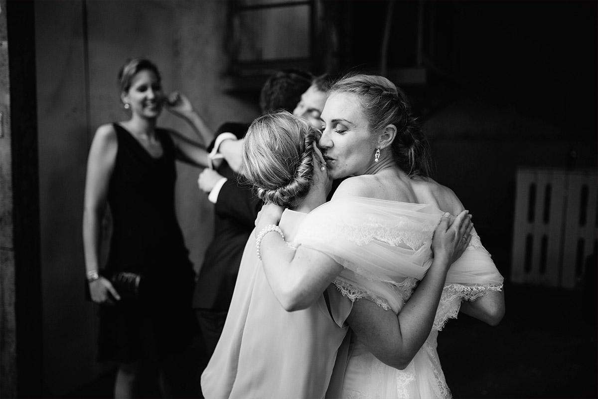 Hochzeitsfoto von Braut bei Umarmung mit Gast bei Hochzeit in Alter Teppichfabrik Berlin Friedrichshain © Hochzeit Berlin www.hochzeitslicht.de
