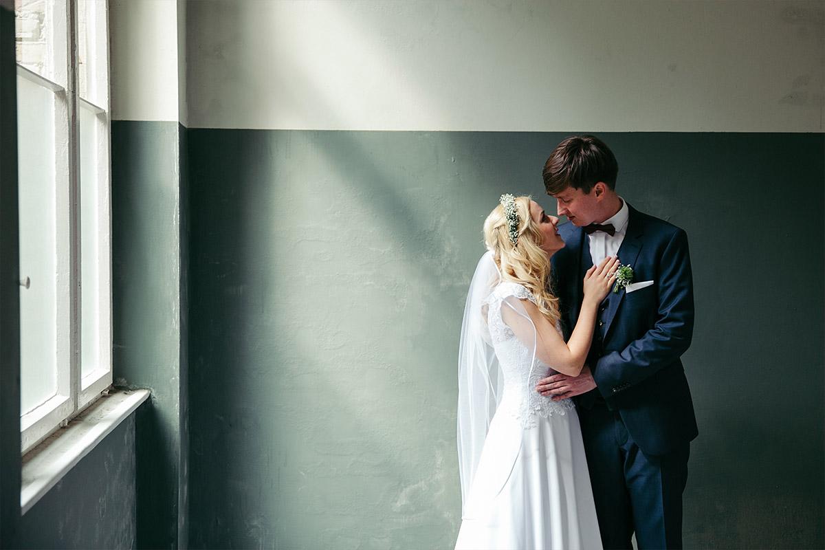 Hochzeitsfotograf Berlin - romantisches Brautpaarfoto bei Hochzeit in Beelitz Heilstätten