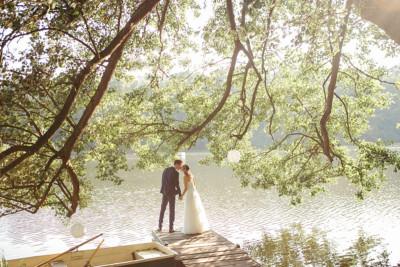 romantisches Hochzeitsfoto von Brautpaar am See aufgenommen von professionellem Hochzeitsfotograf in Haus Tornow am See © Hochzeitsfotograf Berlin www.hochzeitslicht.de