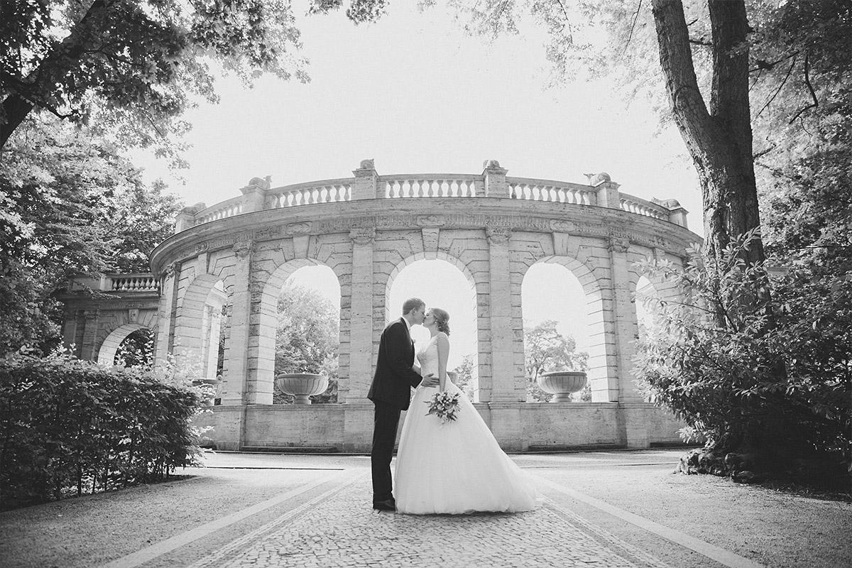 Hochzeitsfoto vom Brautpaar am Märchenbrunnen bei First Look vor Hochzeit im Pavillon Friedrichshain © Hochzeitsfotograf Berlin www.hochzeitslicht.de