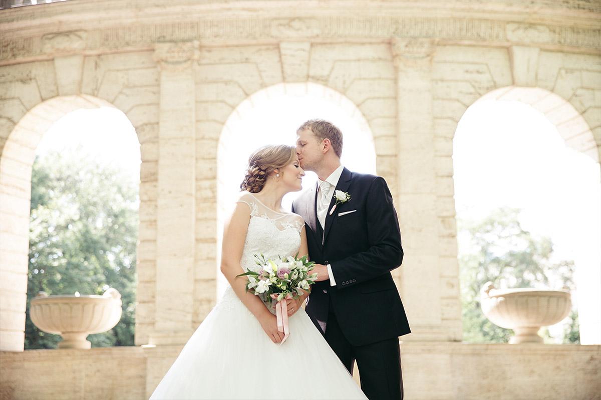 Hochzeitsfoto von Brautpaar bei Hochzeit im Pavillon Volkspark Friedrichshain, Berlin © Hochzeitsfotograf Berlin www.hochzeitslicht.de