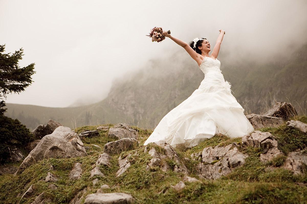 Hochzeitsfoto von Braut aufgenommen von hochzeitslicht Hochzeitsfotografin in den Bergen der Appenzeller Alpen bei St. Gallen Hochzeit in der Schweiz © Hochzeitsfotograf Berlin www.hochzeitslicht.de