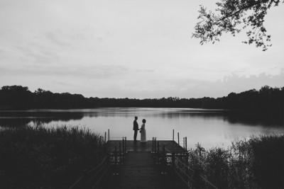 schwarz-weiß Hochzeitsfoto von Brautpaar am See aufgenommen von professionellem Hochzeitsfotograf Berlin bei Seehaus Liebenberg Hochzeit © Hochzeitsfotograf Berlin www.hochzeitslicht.de
