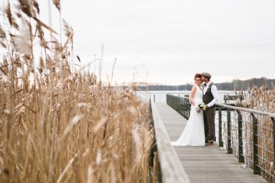 Brautpaarfoto aufgenommen von professioneller Hochzeitsfotografin auf Steg am Scharmützelsee bei Winterhochzeit in der Villa Contessa Bad Saarow in der Nähe von Berlin © Hochzeitsfotograf Berlin www.hochzeitslicht.de